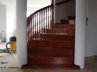 Drewniane schody kręte