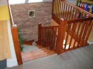 Schody drewniane z balustradą